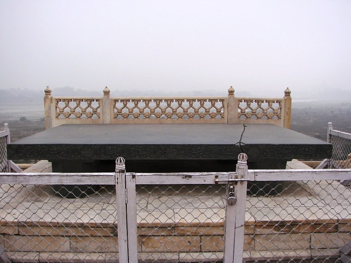 Black-slate-used-as-platform-for-Jahangirs-throne-at-Agra-Fort 2